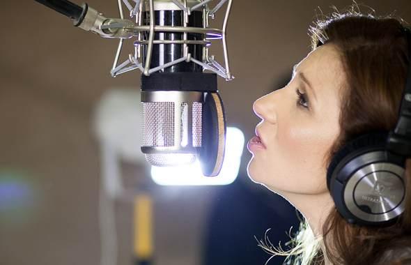 """Magda Femme podczas nagrywania piosenki promującej akcję dobroczynną """"Pomaganie jest trendy"""""""