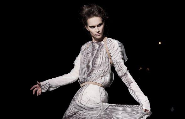 """Niepokorna geometria, niezależna moda. Praca dyplomowa Anki Walickiej """"N-HILL"""" została uznana na Cracow Fashion Awards 2012 za najlepszą kolekcję roku!"""