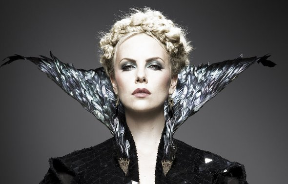 Snow-White-and-the-Huntsman_Charlize-Theron-collar -Universal-Pictures