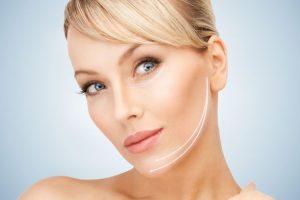 Z wiekiem proporcje twarzy zmieniają się ponieważ mięśnie stają się coraz bardziej delikatnie / fot. fotolia