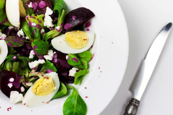 Sałatka z jajkiem, buraczkami, fetą i mieszanką sałat w sosie buraczano-śmietanowym i w posypce z czerwonego pieprzu