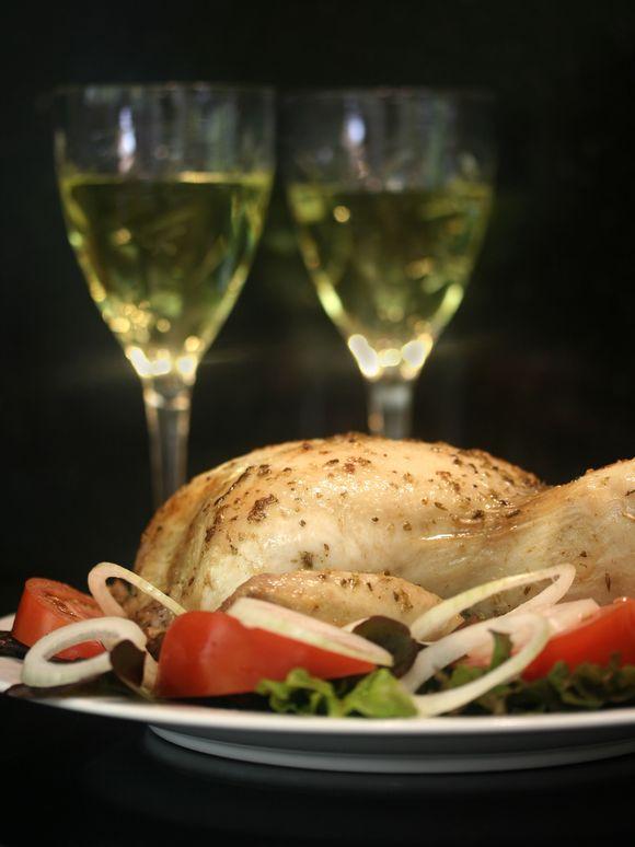 Soczysty kurczak z chrupiącą skórką i aromatyczny rosół - radzimy jak je przygotować