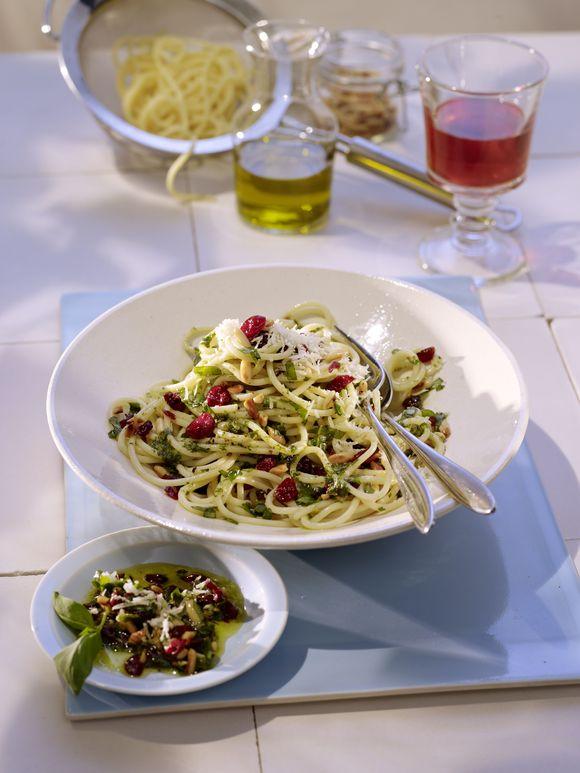 Spaghetti z pesto z bazylii i żurawiny