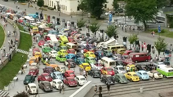 Postój Garbusów na parkingu przy CORT obok Wawelu / fot. Monika Dyga