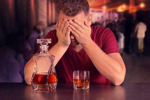 Długotrwałe poddawanie organizmu alkoholowi prowadzi do wielu poważnych schorzeń. / fot. materiał prasowy