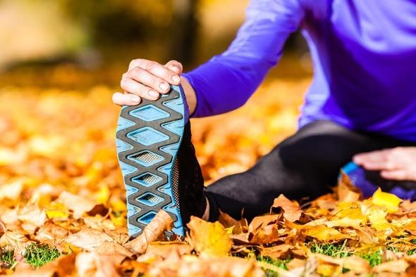 Jesienią doskonale sprawdzą się również wszelkiego rodzaju buty sportowe. Oczywiście najlepiej wybierać te markowe, które zapewniają wygodę oraz świetną jakość wykonania. / fot. shutterstock