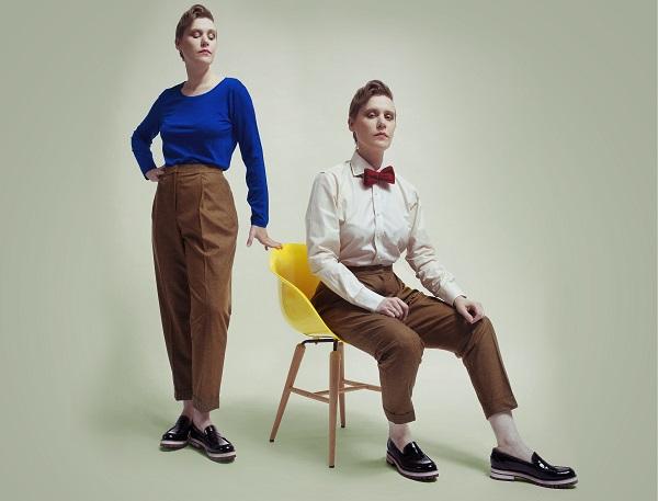 Sweterek: Blue, spodnie: Zara, koszula i mucha: Emanuel Berg, buty: Pollini / fot. Katia Serek