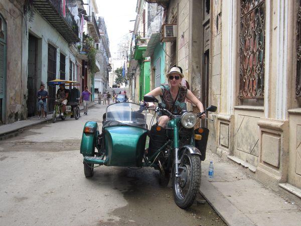 Świat najlepiej poznamy korzystając z lokalnych środków transportu. Barbara Radwańska w Hawanie, Kuba / fot. materiał prasowy