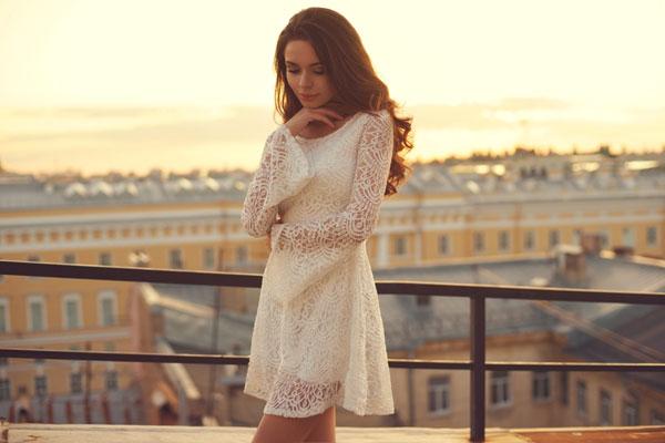 W tym sezonie modne są białe, dziergane sukienki w stylu vintage (fot. Shutterstock)