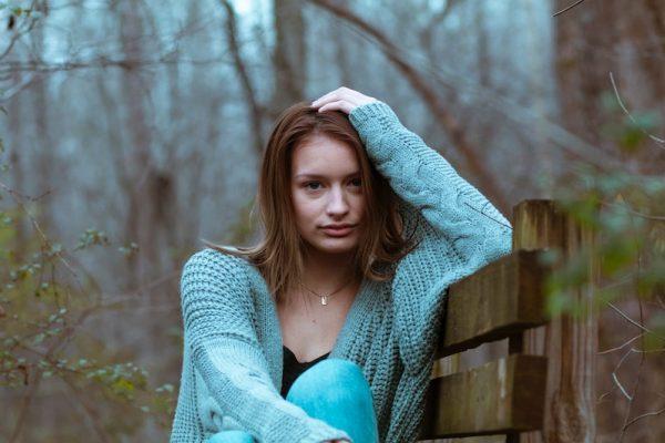 smutna dziewczyna w niebieskim swetrze