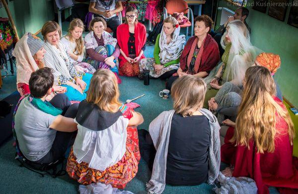 Dzielenie się przeżyciami po serii rytuałów kobiecych w ramach Treningu Wojowników Serca, Konrad Kuśnierzewski