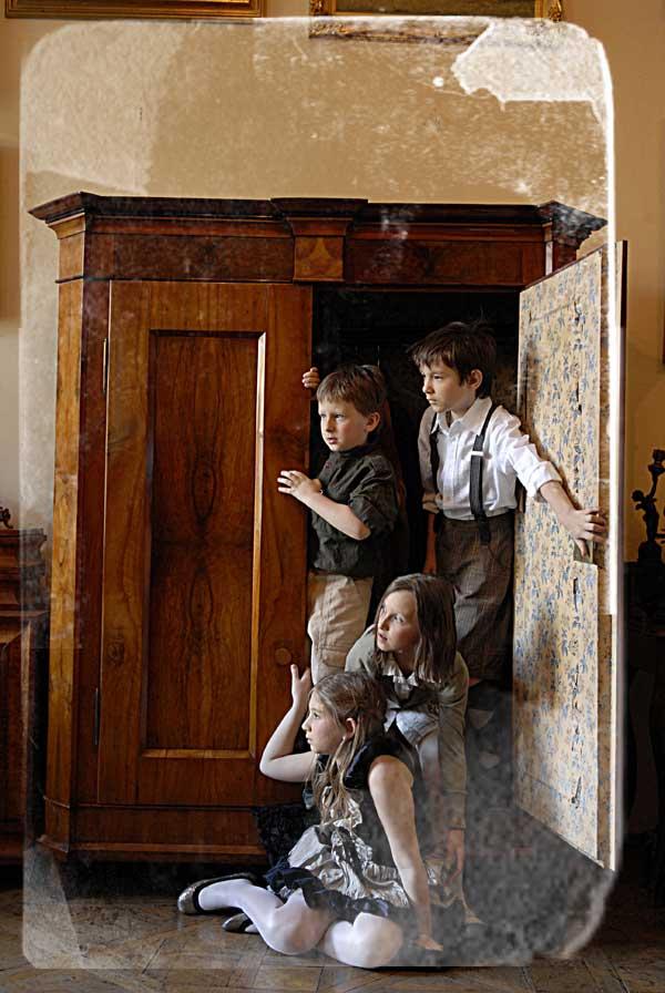 Opowieści z Narnii / na zdjęciu od lewej: Zuzanna i Lucja- Irena i Lena, oraz od lewej Edmund i Potr - Mikółaj i Piotrek / fot. Marcin Urban