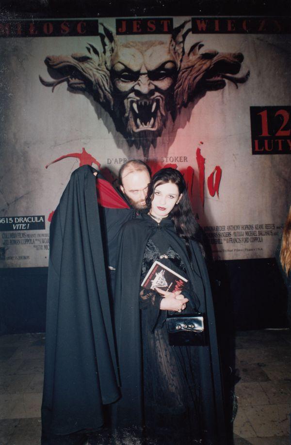 """Tomasz Beksiński z autorką na premierze filmu """"Dracula"""" F.F. Coppoli, kino Kapitol, 1992 / fot. archiwum prywatne K. Konopy"""