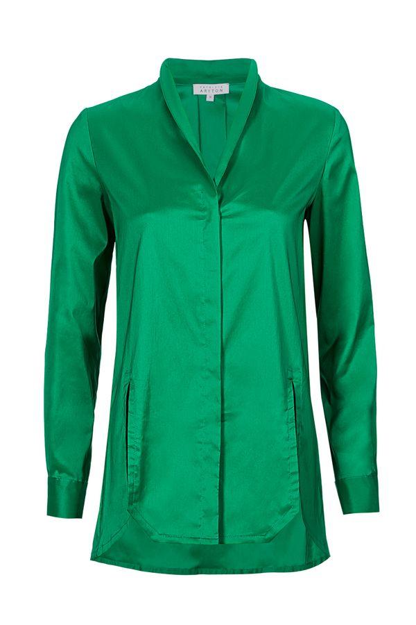Bluzka koszulowa w kolorze szmaragdowym z małą stójką, ukrytym zapięciem i długimi pęknięciami na przodzie, dzięki którym można swobodnie włożyć koszulę do spodni lub spódnicy / fot. materiały prasowe