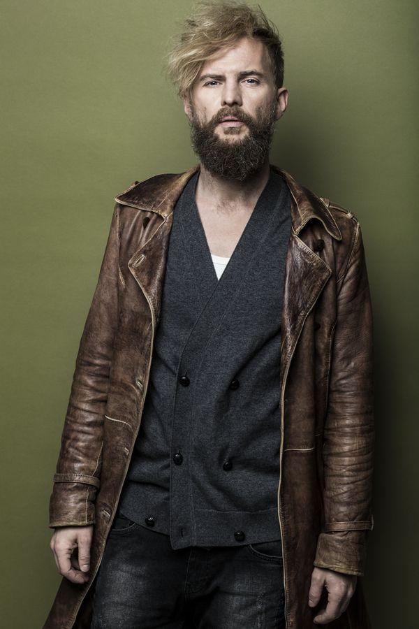 T. Organek: sweter – Hugo Boss, płaszcz – własność modela, koszulka – Levi's / fot. Weronika Kosińska