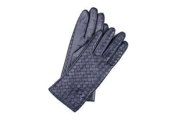 Skórzane rękawiczki w kolorze granatowym z ozdobnym splotem na wierzchu / fot. materiały prasowe