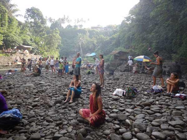Medytacja u stóp wodospadu Tegenungang
