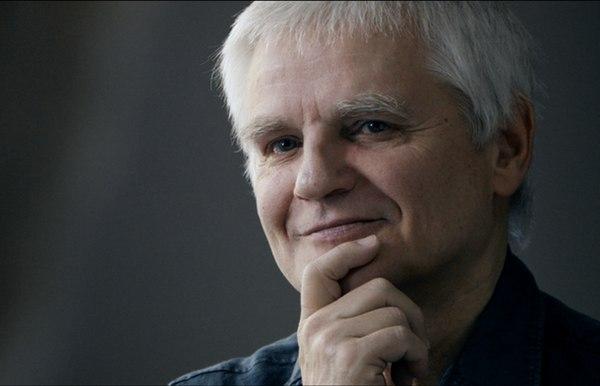"""Prof. Bogdan de Barbaro: """"Terapia to działanie przez mówienie. Jeśli ktoś powie mi: """"To tylko słowa"""", ja mu odpowiem: """"Nie, to aż słowa"""" / fot. kadr z """"Nawet nie wiesz, jak bardzo cię kocham"""", reż. P. Łoziński"""