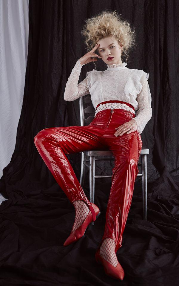 koszula: H&M, spodnie: DRAMAT, buty: Vagabond, kabaretki: Calzedonia / fot. Weronika Kosińska