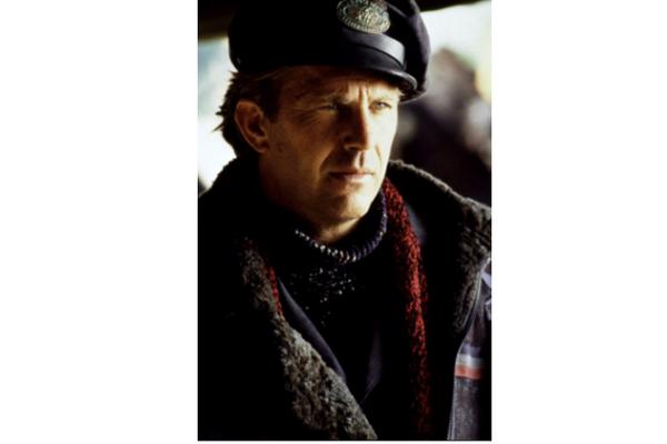 """Kevin Costner jako listonosz. Kadr z filmu """"Wysłannik przyszłości"""", reż. K. Costner"""