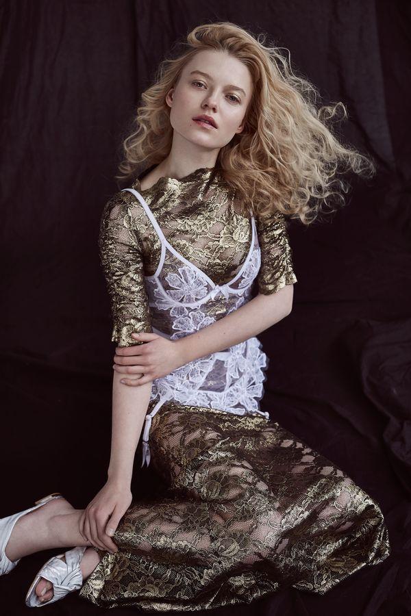 sukienka: Simple, body: Agent Provocateur, klapki: Badura / fot. Weronika Kosińska