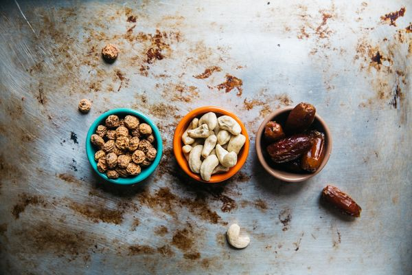 Mieszanka orzechów i bakalii to świetne źródło witamin i minerałów / fot. Rachael Gorjestani (unsplash.com)