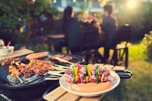 Grill w ogrodzie z przyjaciółmi to doskonały plan na weekend / fot. Fotolia