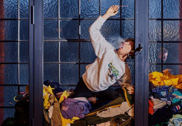 """D. Knapik: Na koniec performance'u Ula Gryczewska wcieliła się w postać Harlana/Gwałciciela z filmu """"Thelma i Louise"""" i pół Piotrkowskiej zatrzymywało się i kibicowało / fot. Klaudyna Schubert"""