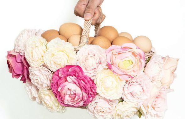 wielkanocny-koszyk-ozdobiony-kwiatami_r