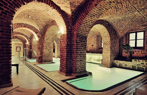 Najlepszym przykładem jest wystrój kręgielni czy ulokowanego w podziemiach, pod kaskadą ceglanych łuków basenu / fot. materiały prasowe