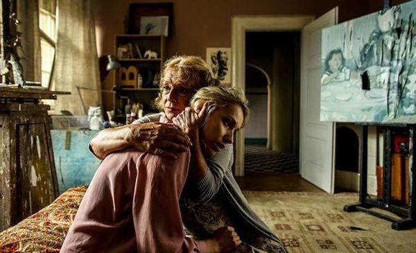 """Kadr z filmu """"Zbliżenia"""". Na zdjęciu: Joanna Orleański i Ewa Wiśniewska, reż. M. Piekorz"""
