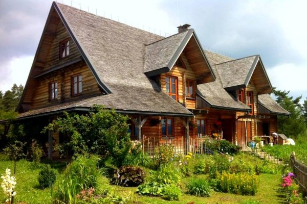 Duży drewniany dom zaprasza zapachem i kolorami. Dookoła piękne widoki na malownicze tereny - czas na głęboki wypoczynek, radość i blask zadowolenia / fot. materiały prasowe