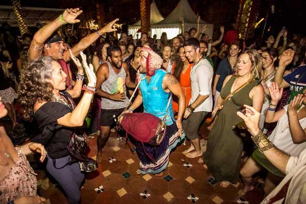 Joga, śpiiew i taniec od rana do wieczora na Bali Spirit Festival (fot. Denitsa Kibarska / Bali Spirit Festival)