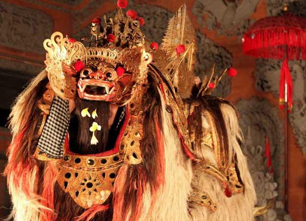 Bali znane jest z wielobarwnych parad (fot. Katarina Off)