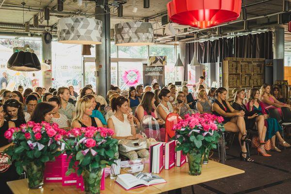 Każda z uczestniczek została obdarowana różą przez panie z Kobieta i Rozwó(j)d / fot. Barbara Bogacka