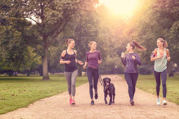 Odprężający jogging w parku z przyjaciółkami/ Fotolia