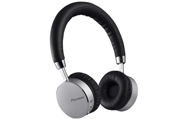 Słuchawki to nie tylko technologiczny gadżet. To także element stylizacji / fot. materiały prasowe