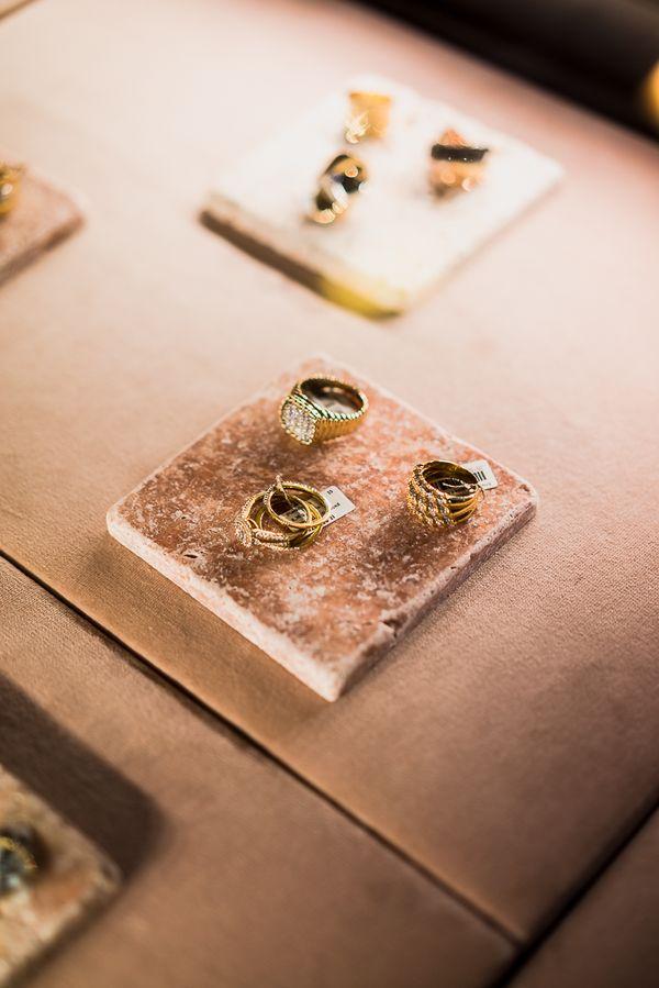 Złota biżuteria/ fot. PION Studio