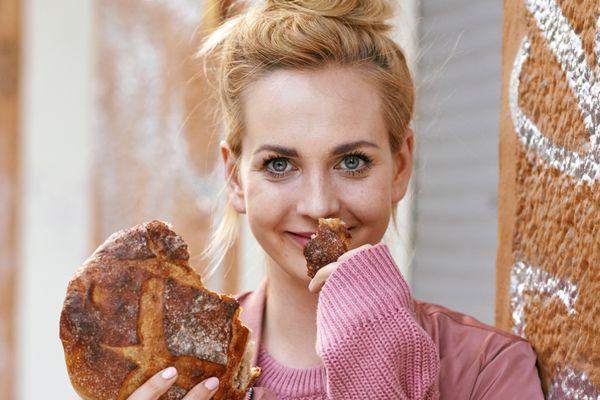 Marta Dymek uwielbia pieczone bakłażany, nie zawsze ma cierpliwość do ucierania pasty curry i wciąż tak samo cieszy ją każda kolejna osoba przekonana do roślinnej kuchni / fot. Zuza Krajewska / wyd. Marginesy