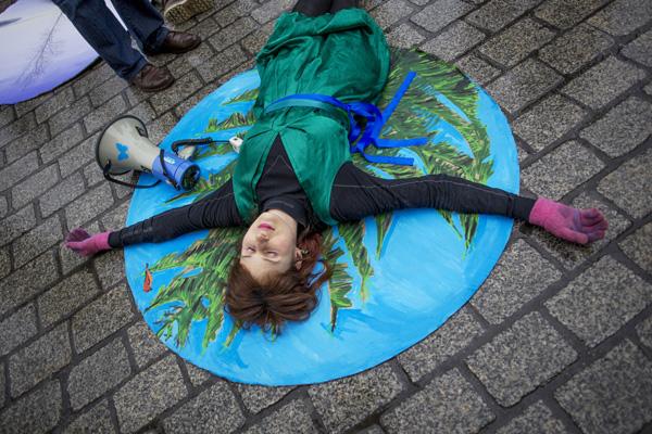 Krakow, Rynek Glowny, protest przeciwko wycinaniu drzew w Puszczy Bialowieskiej, Fot. Tomasz Wiech