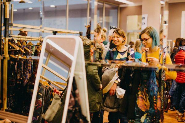 Kobiety robią zakupy podczas Kiermashu