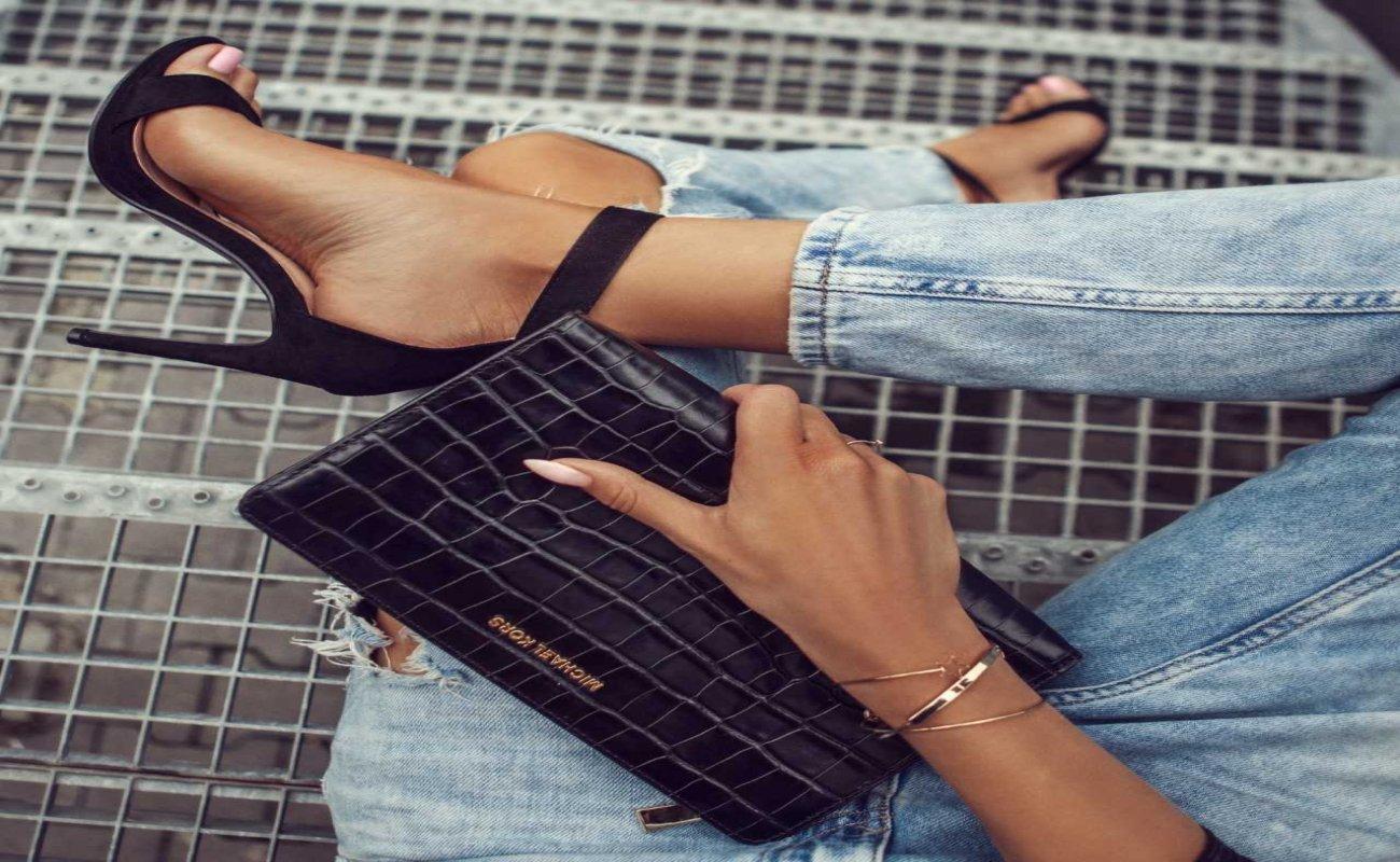 Modne sandałki z nienagannym pedicure tworzą duet idealny