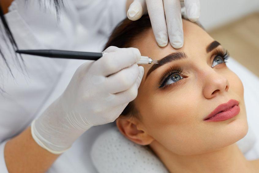 Piękna kobieta podczas makijażu permanentnego