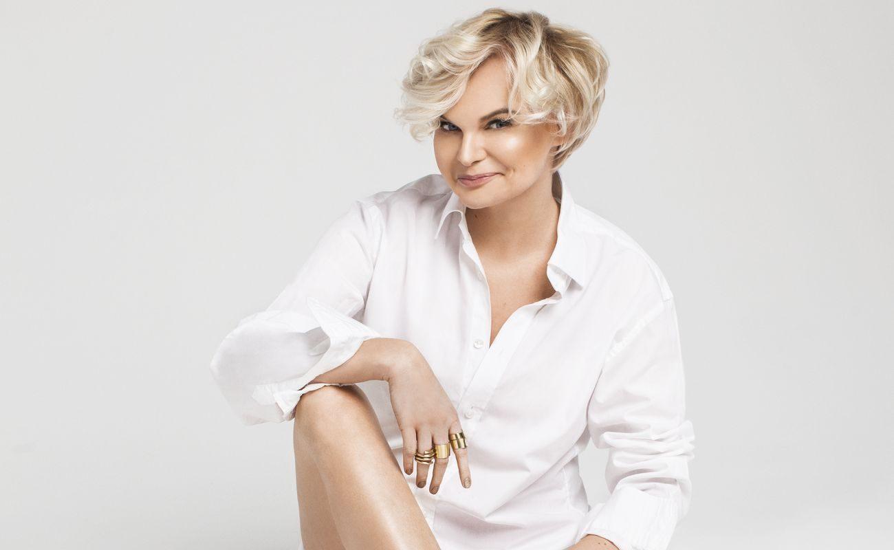 Monika Jurczyk w białej koszli