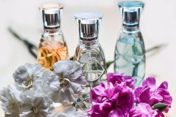 Trzy flakoniki z perfumami z feromonami