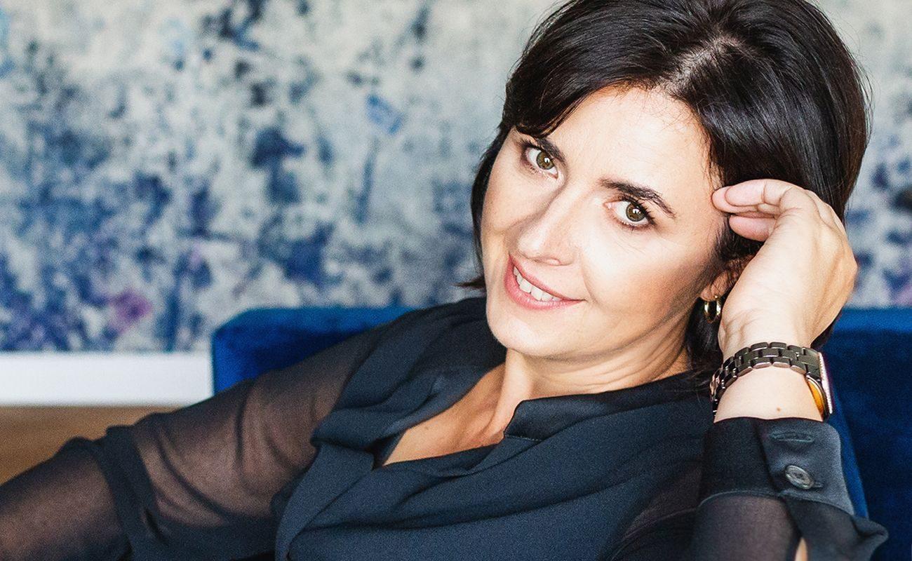 Sylwia Czajka-Jansen na granatowym tle