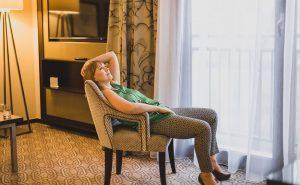 Aneta Pondo w nonszalanckiej pozie siedzi w głębokim fotelu