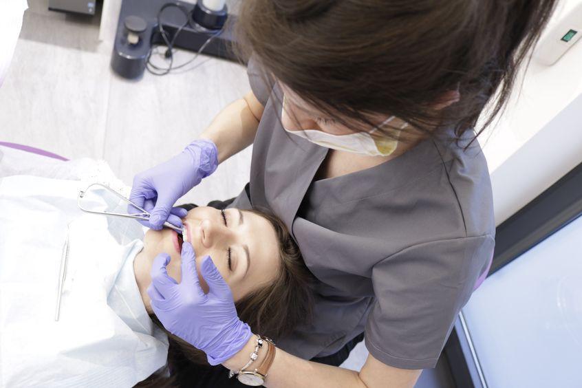 dr marta gibas stanek zakłada pacjentce aparat na zęby