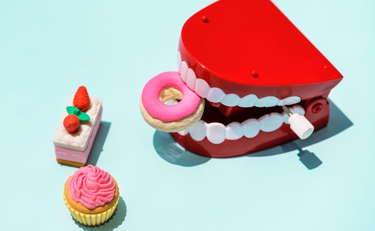 aparat na zeby i zęby, słodycze