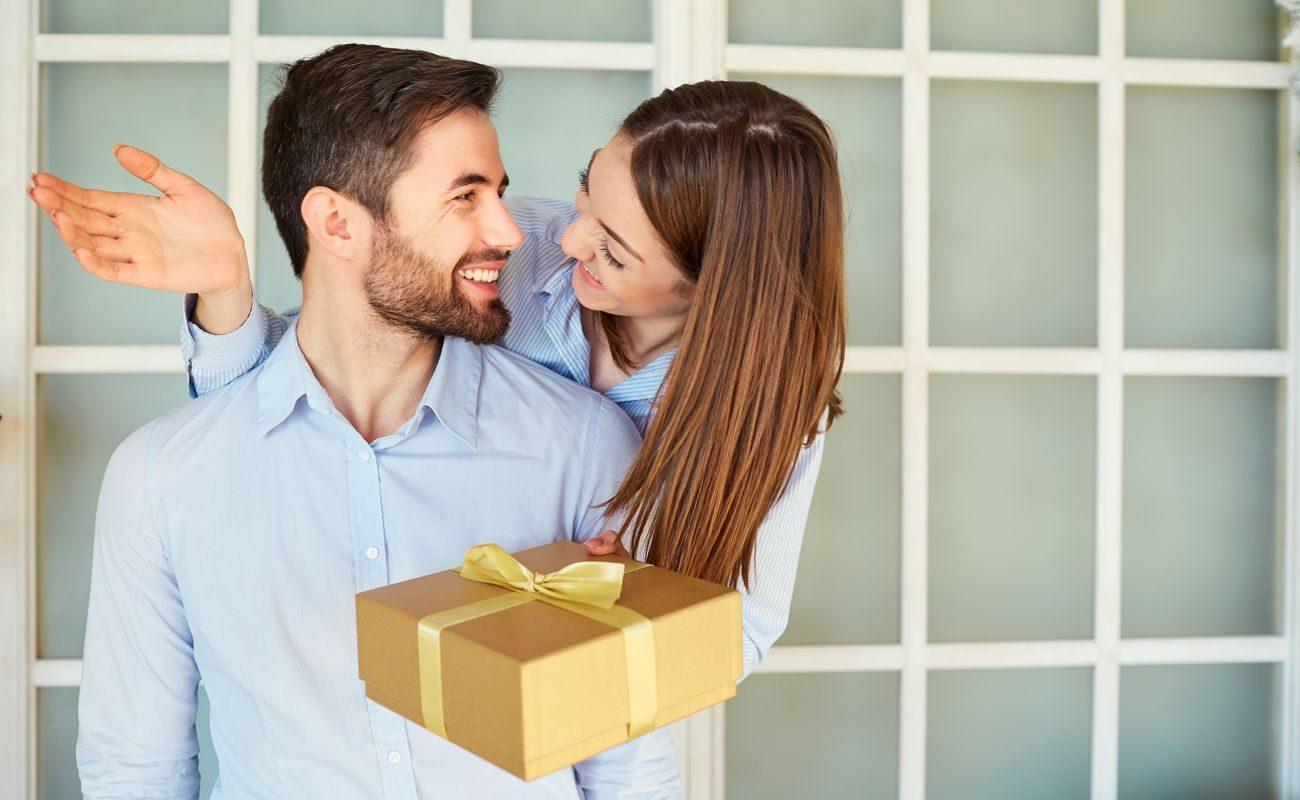 Kobieta wręcza prezent mężczyźnie